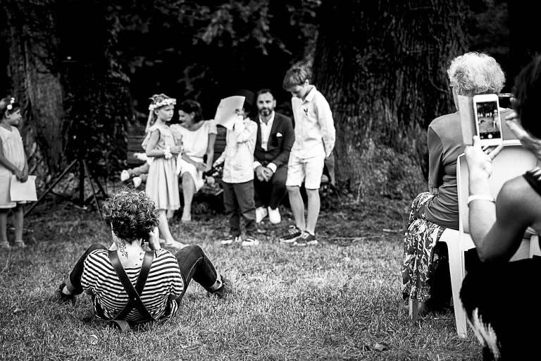 photographe de mariage allongée par terre